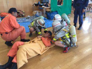 消防官として負傷者を救出します。