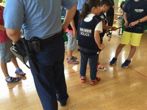 警察官としてパトロールや防犯の啓発チラシを配ります。