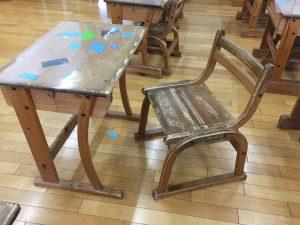 児童の机や椅子も地場産材